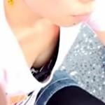 【貧乳胸チラ盗撮動画】ノースリーブ薄着の貧乳オッパイ女子が前屈みになって乳首ポロリを隠し撮りww