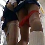 【JKパンチラ盗撮動画】女子校生の悪ふざけwwプリクラ機内でパンツ下ろしてエロプリ撮影してる様子を盗撮ww