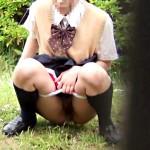 【パイパン野ション盗撮動画】無毛の制服女子校生が芝生公園でお漏らしレベルの大量放尿を隠し撮りww