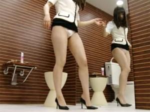 【OL着替え盗撮動画】個室トイレでパンストを脱ぎ生脚にボディクリームを塗る素人OLを隠し撮りww