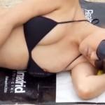 【乳首ポロリ盗撮動画】黒のビキニ水着がエロい素人ギャルが海で熟睡中…完全に乳輪と乳首が出とるww