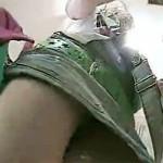 【逆さ撮り盗撮動画】デニムスカート履いたアパレルギャル店員の黒パンチラを隠し撮り…
