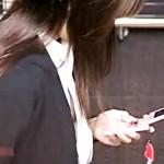 【胸チラ盗撮動画】素人OLのブラウスのボタンが外れノーブラ乳首ポロリを発見した鬼視力の盗撮犯ww