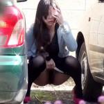 【野ション盗撮動画】駐車場でオシッコをする素人女子が隠し撮りに気付き後ろに尻もちついてマジ焦りww