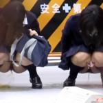 【野ション盗撮動画】女同士で連れションww制服着た田舎の女子校生が道端で座って豪快なオシッコww