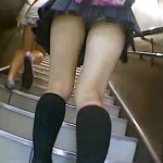 【JK逆さ撮り盗撮動画】駅の階段上るミニスカート制服の女子校生パンチラを背後から隠し撮りww