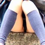 """【パンチラ盗撮動画】道端で黒パンツから""""まんちら""""してる制服女子校生の座りパンチラを接写撮りww"""