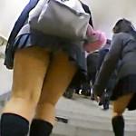 【JK逆さ撮り盗撮動画】一瞬ノーパンに見えてしまうほどTバックが食い込んだ制服女子校生ww