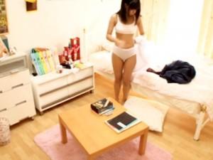 【家庭内盗撮動画】白いスポーツブラで膨らみかけ胸を隠す年齢…妹の部屋で起きた処女喪失の瞬間…
