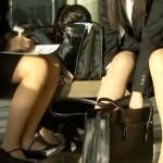【パンチラ盗撮動画】リクルートスーツで就職活動中の女子大生がタイトスカートからパンチラ連発ww