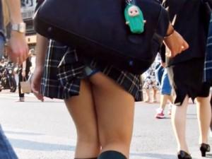 【JKパンチラ盗撮画像】完全な事故…通学カバンでミニスカ制服が捲れ上がった女子校生のパンモロww