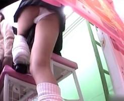【プリクラ盗撮動画】都内の女性専用プリクラ店に隠しカメラ…現役女子校生のパンチラを逆さ撮りww