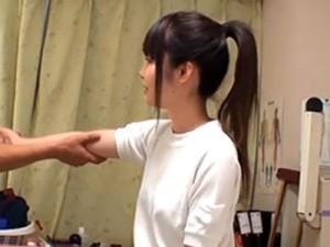 【JCマッサージ盗撮動画】部活で腕を痛めてしまった女の子が悪徳整体師によってスポブラ脱がされイタズラww