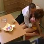 【SEX隠撮動画】幼稚園から大学までエスカレーター式に進学出来る学校の理事長に身体売るギャルママww