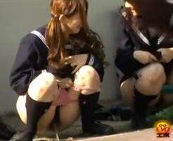 【野ション隠撮動画】通学中の尿意に我慢出来ず友達に見張ってもらって野外でオシッコする女子校生ww