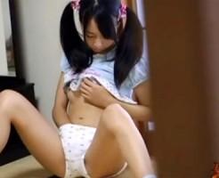 【オナニー隠盗動画】黒髪ツインテールが可愛い妹がパイパンマンコを指で擦って自慰行為を隠し撮りww