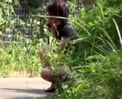 【無修正隠盗動画】トイレに間に合わず友&#3相互オーラルセックス48;と電話するフリしながら野ションする素人を隠し撮りww