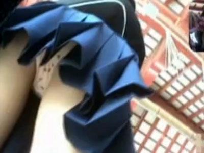 【逆さ撮り隠撮動画】修学旅行中の女子校生集団のパンチラ隠し撮り…可愛いイチゴの綿パンツww