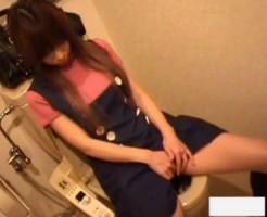 【トイレオナニー隠撮動画】自宅便所を借りた幼顔の女友達が指オナニーを毎回するので隠しカメラ撮りww
