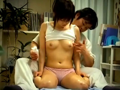 【マッサージ隠撮動画】初潮迎えて乳首のシコリが痛む女の子をオイルエステで胸ほぐし中出しする映像…