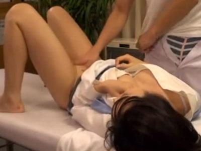【マッサージ隠撮動画】肩凝りがひどいショートカットOLを騙して院内でセックスを隠しカメラ撮りww