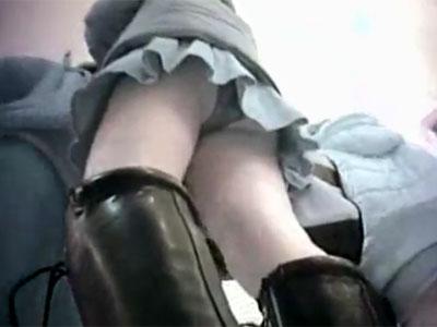 【逆さ撮り隠撮動画】エロ過ぎる透けた極小パンツを履いたミニスカ素人のパンチラを隠し撮りww