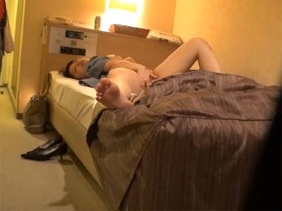 【オナニー隠撮動画】ビジネスホテルに到着…少し酒の入った身体を慰めるように自慰行為するOLを隠しカメラ撮りww