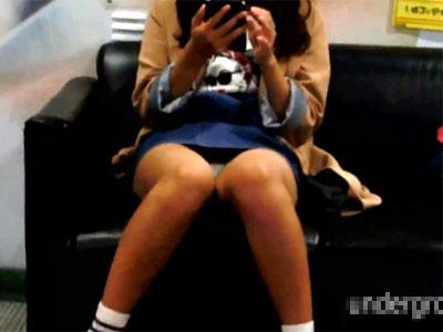 【パンチラ隠撮動画】モデル事務所に所属しててもおかしくないレベルの可愛い女子が座りパンチラww