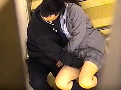 【学校隠撮動画】校舎の階段で彼氏の性欲爆発ww女子校生の敏感なクリを刺激し続けた様子を同級生が隠し撮りww