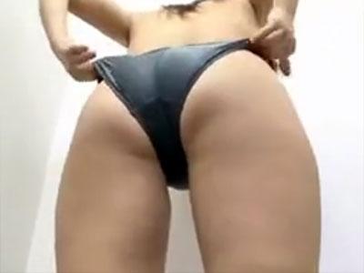 【競泳水着隠撮動画】ぷっくり乳輪の身体がエロい素人女性を水着売り場の試着室で隠しカメラ撮りww