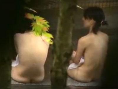 【露天風呂隠撮動画】短めのツインテールに貧乳オッパイが幼さ感じる素人女性の全裸を隠し撮りww