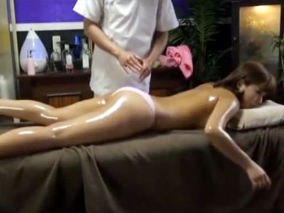 【エステ隠撮動画】媚薬入りのオイルを全身に塗られて発情した人妻…男性エステティシャンを誘惑ww