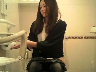【おしっこ隠撮動画】読者モデル級の可愛い女性たちが次々入って来て放尿する公衆トイレが聖地と話題ww