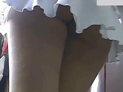 【パンチラ隠撮動画】短いというレベルを遥かに超えたミニスカートで普通にパンツが丸見えの素人女子ww