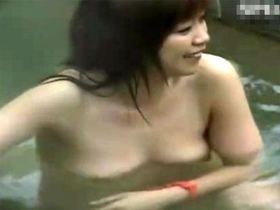 【露天風呂隠撮動画】愛嬌ありそうな素人女子を女湯の露天風呂で隠し撮り…その後、ババアの全裸も収録ww