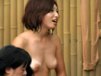 【露天風呂隠撮動画】ビキニ水着の日焼けあとが残る素人女子が女湯で楽しそうに談笑中を隠し撮りww