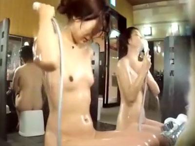 【銭湯隠撮動画】20代半ばから後半のスタイルが良い女性が銭湯の洗い場で洗体する様子を隠しカメラ撮り…