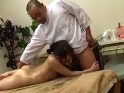 【マッサージ隠撮動画】肩凝りなどしてなさそうな身体が軟体な素人女性を整体師が院内でセックスww