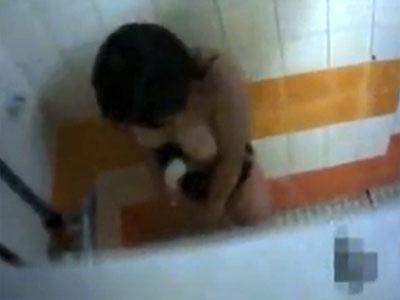 【オナニー隠撮動画】体育会系女子の性欲の強さは異常…水泳の練習終わりにシャワー室で激しい自慰行為ww