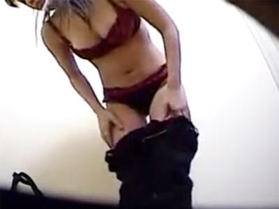 【試着盗撮動画】小型の隠しカメラに気付かない素人女性が下着売り場の試着室で生着替えww