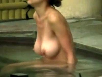 【人妻露天風呂盗撮動画】旦那が羨ましすぎる神乳おっぱいの美人妻を女湯で隠し撮りした映像が流出ww