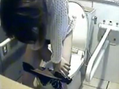 【おしっこ盗撮動画】洋式トイレの便座に座れない潔癖症のギャルが立ちションをする様子を隠しカメラ撮りww