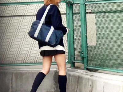 【JK野外オナニー盗撮動画】道端で見つけた初めて見るエロ本に興奮隠せず制服姿のまま外で自慰行為ww