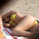 【水着隠撮動画】ビーチで熟睡して完全にビキニ水着が捲れあがりポロリ事故してる巨乳ギャルを隠し撮りww