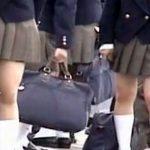 【風チラ隠撮動画】真面目そうな私立の学校に通う女子校生の修学旅行中に襲った突風でパンチラww
