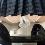 【パンチラ隠撮動画】穴開きの派手なパンツを履いたビッチ女子校生のけしからん下着を接写撮りww