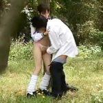 【青姦隠撮動画】低身長の女子校生が森林公園で彼氏と性行為…幼い見た目なのに随分ビッチな彼女ww