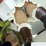 【逆さ撮り隠撮動画】サテン生地のTバックを履いた下半身からビッチ臭しかしない素人を隠しカメラ撮りww