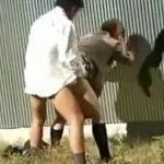 【青姦隠撮動画】町工場の裏で野外セックスをする女子校生カップル…彼氏のデカチンを立ちバックで挿入ww