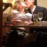 【ギャル盗撮動画】コンパで少しずつ消えて行く友人たち…二人っきりになった瞬間に居酒屋でセックス始めたカップルww